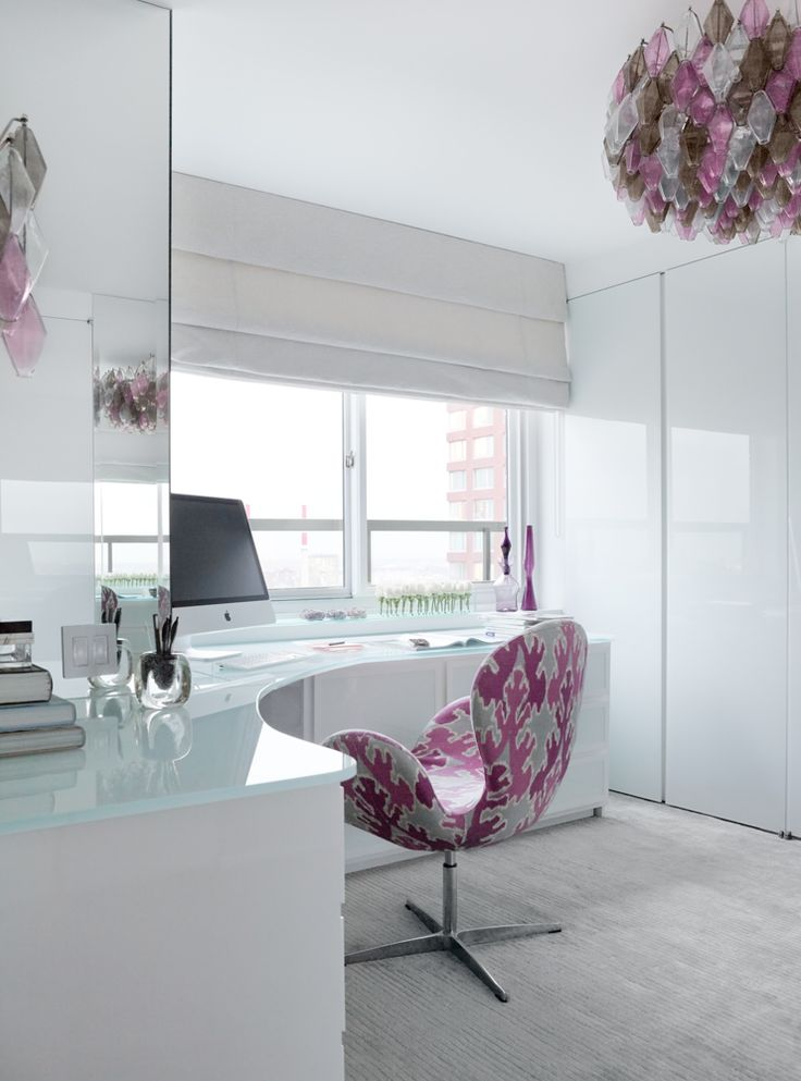 love the white + gloss + light + chair  East River Residence | Modern Declaration  O tampo da mesa é lindo, quero um desses, mas no formato retangular.