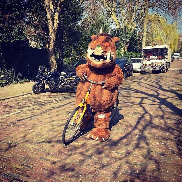 Tip! Vanaf morgen is het prachtige gebonden prentenboek over de Gruffalo te koop voor maar 2 euro. Vraag naar de Gruffalo op uw school kinderdagverblijf of boekhandel. Zo lang de voorraad strekt! Zie ook: http://ift.tt/2nhCTW4  #Repost Onderweg naar huis komen we ineens de Gruffalo op de fiets tegen! Hij is al gesignaleerd in Nederland. Houd deze pagina in de gaten zodat je kunt zien waar jij de Gruffalo allemaal tegen kunt komen in april. #gruffalo #gruffalogesignaleerd #fiets #ovfiets…