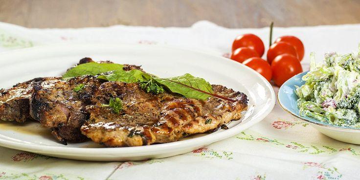 Grillede koteletter med brokkolisalat