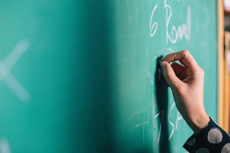 OMDENKEN Een leerlinge zat vanwege de onrust die ze veroorzaakte vooraan in de klas. Dan kon de leraar haar een beetje in de gaten houden en bijsturen. Slim? Nee!