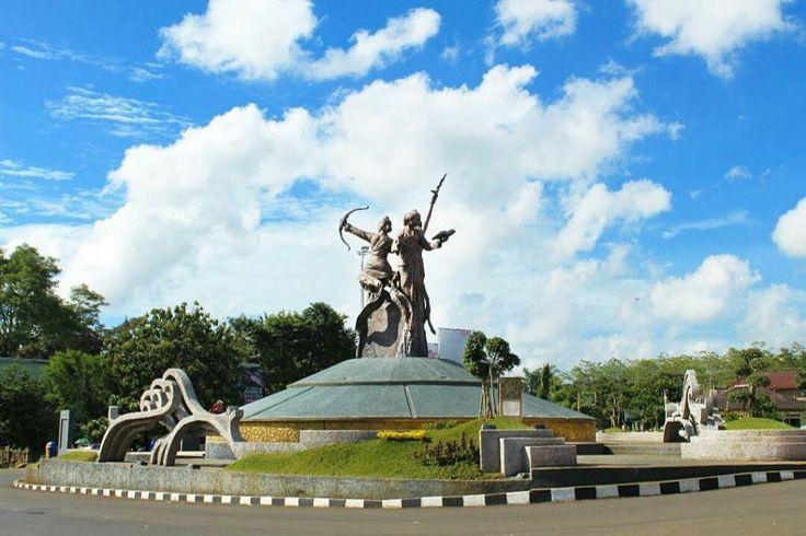 Patung 3 Tokoh Pejuang Wanita Jepara. Dibangun dengan uang rakyat yang artinya milik kita bersama.  Mari kita jaga bersama mau foto-foto silahkan asal jangan manjat keatas jangan injak rumput dan buanglah sampah pada tempatnya.  Jadikanlah ketiga tokoh tersebut sebagai inspirasi dimasa depan.  Foto: @hendrys_25