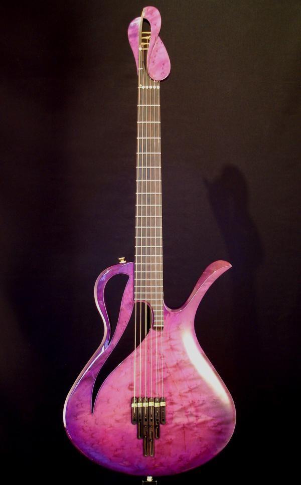 Une autre création unique, originale et rose par le luthier néerlandais Roilf Spuler de chez Paradis Guitars. Retrouvez des cours de guitare d'un nouveau genre sur MyMusicTeacher.fr
