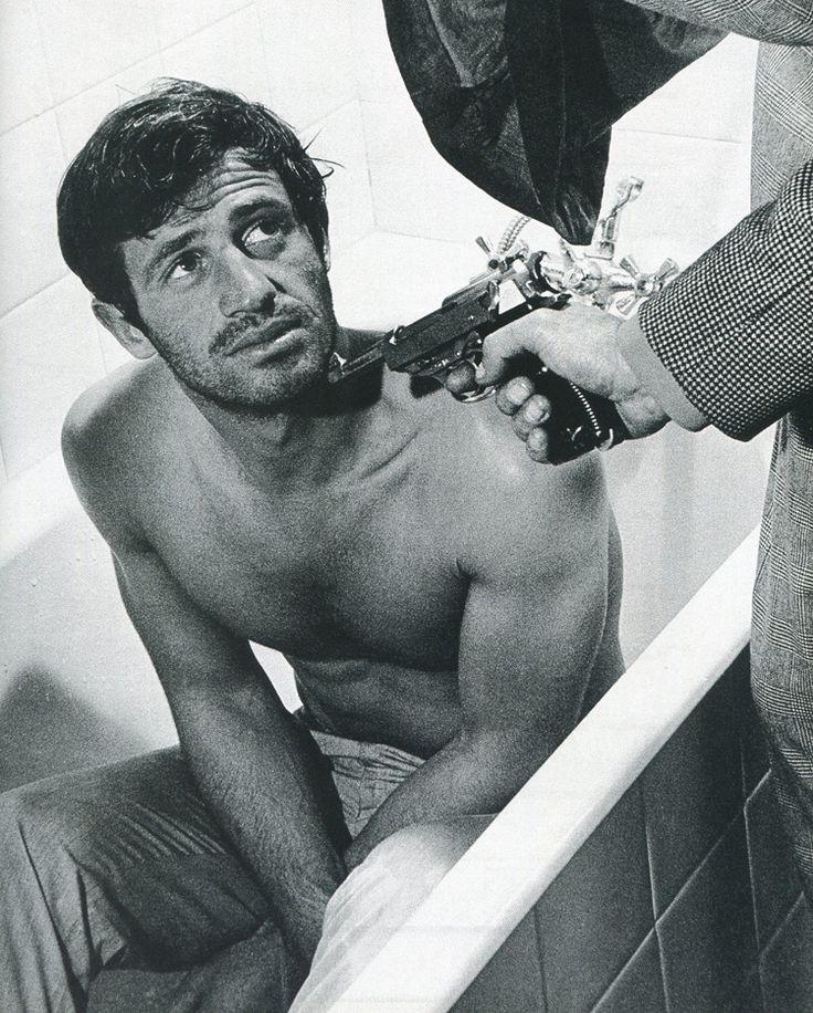 Jean-paul belmondo devant un flingue
