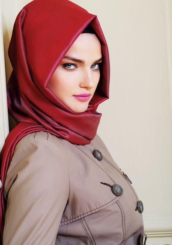 Foulard rouge Plus de modèles sur http://www.photohijab.com/foulards/