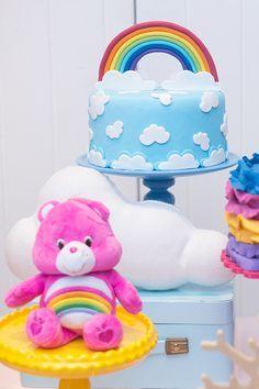 festa ursinhos carinhosos em tons candy colors com bolo de arco-íris.