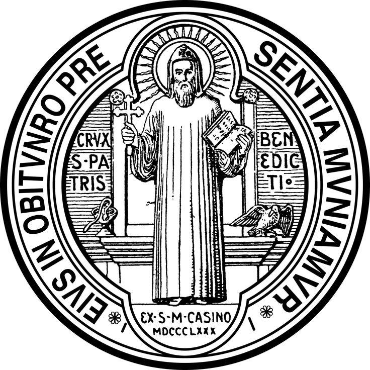 """REVERSO da MEDALHA DE SÃO BENTO: São Bento segura na mão direita a Cruz, na outra, o livro da Regra que escreveu para os seus monges. Ao redor do Santo lê-se a seguinte jaculatória ou prece: EIUS - IN - OBITU - NRO - PRAESENTIA - MUNIAMUR - """"Sejamos confortados pela presença de São Bento na hora de nossa morte"""". É representado também a imagem de um cálice do qual sai uma serpente e um corvo com um pedaço de pão no bico, lembrando as duas tentativas de envenenamento, das quais São Bento saiu…"""
