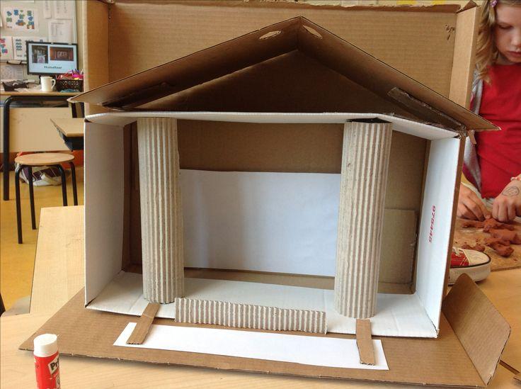 Een Romeinse tempel bouwen van karton. In groep 5/6 van de Oldenije zijn er druk mee bezig.