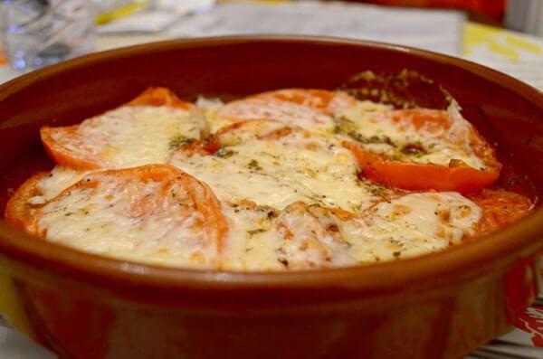 Hoy os traemos una receta sencilla y deliciosa para hacer en casa. Nosotros la cocinamos para cenar o como entrante para comer, prueba este provolone horno.