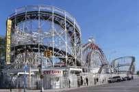 """Non poteva mancare lo spazio dedicato al divertimento anche dei bambini ... e diciamolo non solo loro. Non lontano dalla caotica #Manhattan, a #Brooklyn a solo poche fermate di metropolitana dal centro sorge Coney Island il """"parco giochi """"della #BigApple . Ricostruito quasi ex novo varie volte, l'ultima dopo l'uragano Sandy, é stato e rimane il punto di fogo di molti #newyorkesi .  Scopritela con noi!!  #nyc #ny #lunapark #sammer #vacation"""
