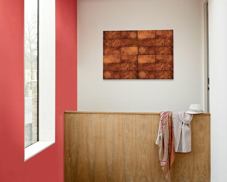 Osez la créativité avec la bonne couleur pour votre plafond. Le mur et le plafond coquelicot baignent cette entrée de chaleur et lui donnent un look original et fun.