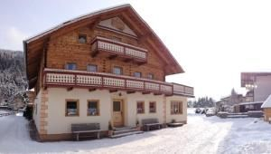 Chalet Auhof  Maximaal 26 personen 12 slaapkamers 8 badkamers (480 m2)Hetvrijstaandechalet Auhof is in 2012 deels gerenoveerd. Het betreft een catered chalet waarbij de chaletstaf het ontbijt en diner verzorgt. Het chalet ligt aan de rand van Flachau op ca. 700 m van de skilift en piste en op ca. 900 m van het dorpscentrum. De skibushalte ligt op ca. 50 m afstand van het chalet.Het chalet heeft 3 verdiepingen en beschikt o.a. over een tv-kamer eetkamer professionele keuken een (gedeeltelijk…