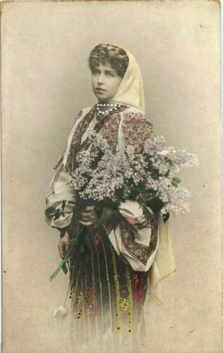 FOTO Reginele și principesele României au iubit portul tradițional românesc | Historia