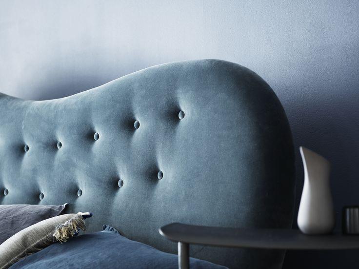 Finn sengegavl i smukt grå soveværelse Gray headboard in velvet in beautiful gray bedroom from Boton.dk