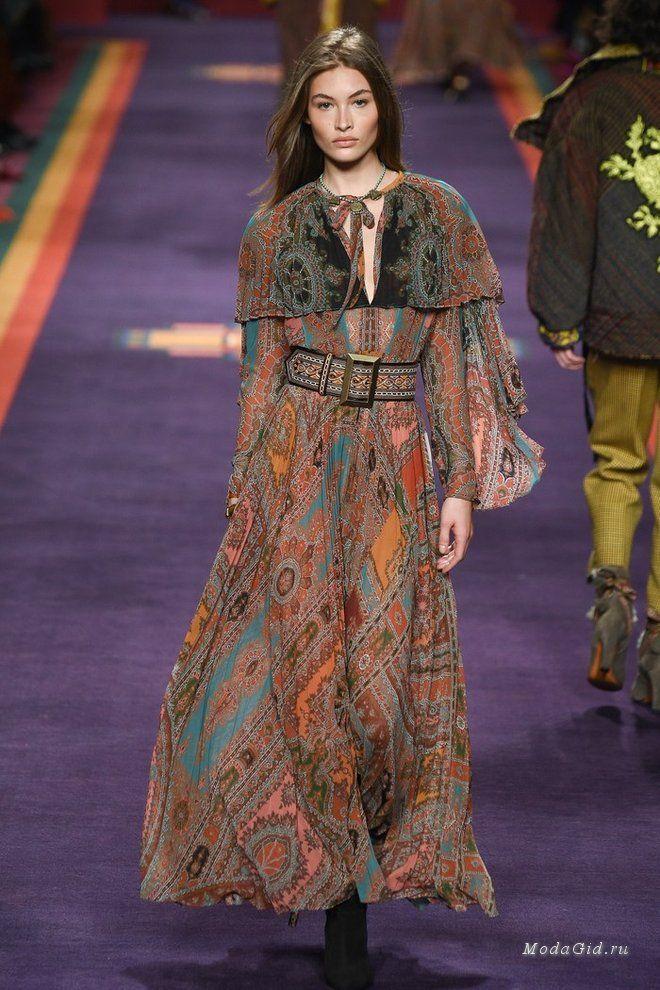На подиуме в Милане Veronica Etro представила смелый микс среднеазиатских мотивов, принтов и разных фактур. Ее коллекция, как калейдоскоп, включает и верхнюю одежду, и легкие рубашки, и спокойные цвета, и сумасшедшие взрывы пейсли на ткани. Эту одежду хочется рассматривать снова и снова.