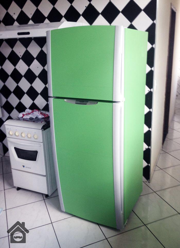 DIY (Do It Yourself! - Faça você mesmo)  Provavelmente ela viraria um armário no meu closet. Então juntou o preço abusivo com a aversão a falta de tecnologia e mais um pouco de boa vontade e veio a idéia: dar um toque vintage na minha geladeira.