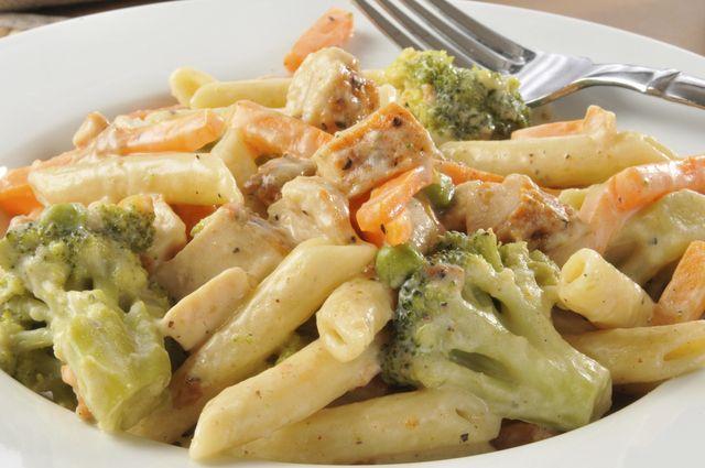Mmmm.. Hoy toca que mamá nos prepare un delicioso almuerzo.  ¿Qué te parece una pasta con brócoli y crema?