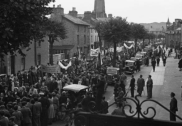 """Rali Plaid Cymru ym Machynlleth ym 1949 yn rhoi cychwyn i'r ymgyrch """"Senedd i Gymru mewn 5 mlynedd""""   Plaid Cymru rally in Machynlleth in 1949 where the """"Parliament for Wales in 5 years"""" campaign was started"""