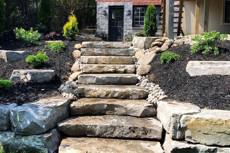 escalier-jardin-pierre-naturelle-pelouse-verte-maison-design-arbres
