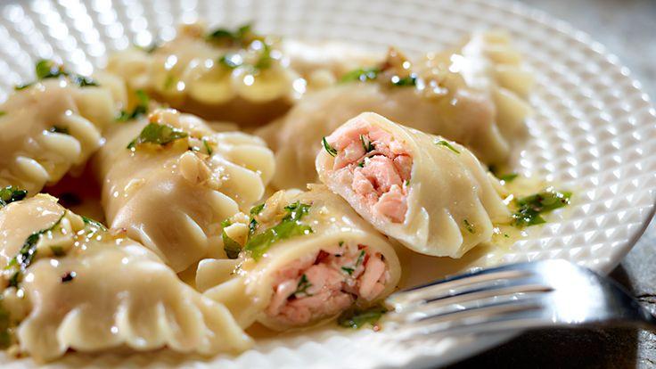 Szukasz pomysłu na farsz do pierogów? Wypróbuj smakowity przepis na pierożki z łososiem polane bazyliowym masłem!