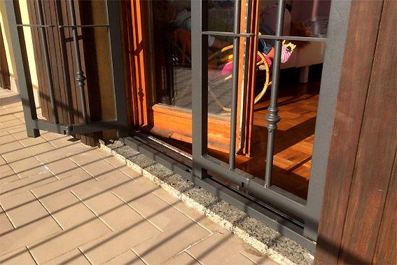 Inferriate blindate con doppio snodo per aprirsi verso l'esterno oltre gli scuri o persiane.