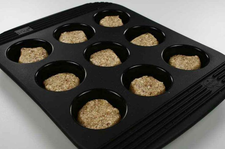 Nødderne hakkes meget fint. Perfect Fit og vanillekorn tilsættes. Æggehviderne piskes stive og vendes i. <BR> <BR> Dejen fyldes i 20 muffinsforme der fyldes 3/4. <BR> <BR> Bages ved 200 grader