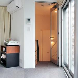 建築 デザイン | 傑作の狭小住宅20 | 環八に向き合う三角のコンクリート住宅 | For M