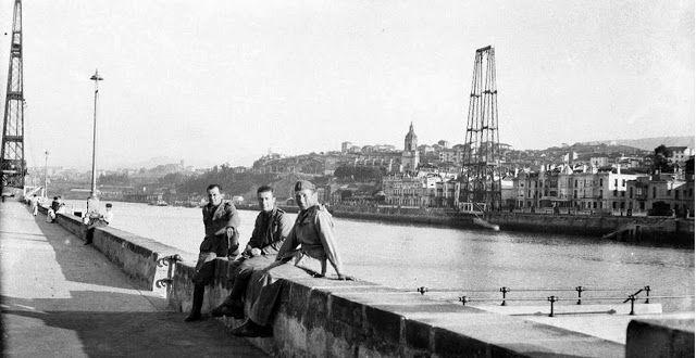 Puente colgante Bilbao destruido durante la guerra civil, tomada según nos dicen, en 1937 por Michele Francone, sargento primero de los ingenieros italianos, que forma parte del archivo de sus hijos Giancarlo y Vitorio. http://mareometro.blogspot.com.es/2013/11/italianos-frente-al-destruido-puente.html