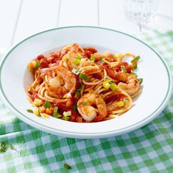 Tomaten-Pasta mit Garnelen: Eine mediterrane Tomatensauce mit knackigem Gemüse passt super zu Garnelen und Spaghetti.