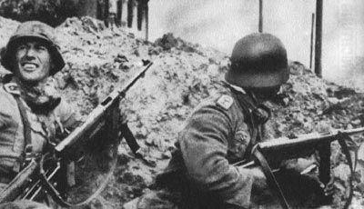 MP40  El subfusil automático básico del ejército alemán. Era idóneo para las operaciones de asalto de la 'guerra relámpago' y los combates a corta distancia en las ciudades por su potencia de tiro, aunque su peso, unos cinco kilos, y su escaso alcance fueron sus grandes problemas. Calibre de 9mm, su cargador albergaba 32 balas.