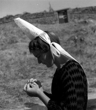 Bretonne au crochet 1936 |¤ Robert Doisneau | 4 août 2015 | Atelier Robert Doisneau | Site officiel