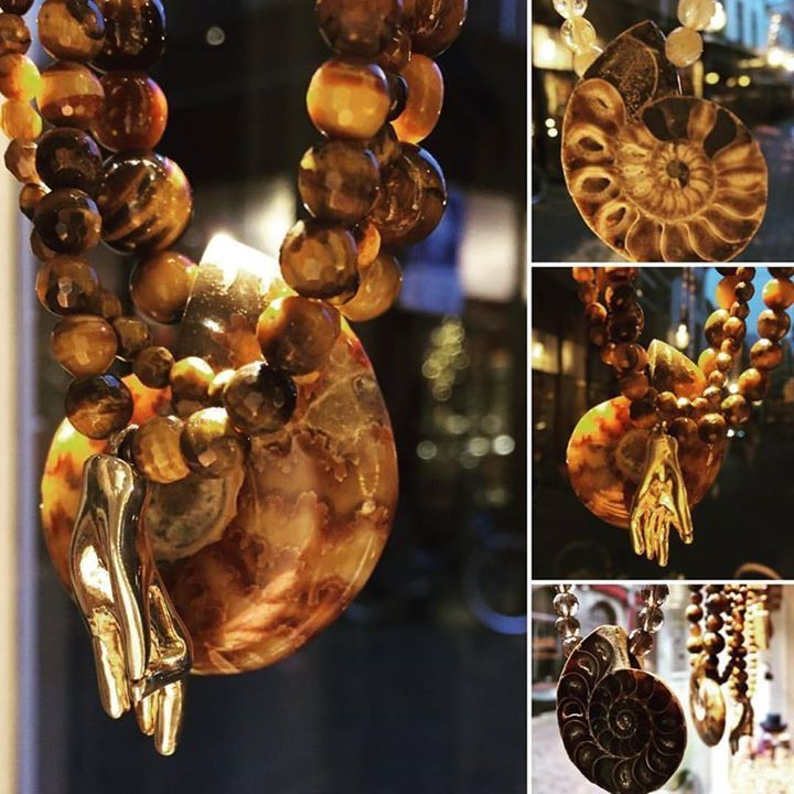 Prachtige kettingen van diverse edelstenen  met  o.a. ammonieten hangers, handje van Boeddha en amuletten. Heeft u speciale wensen qua kleur en lengte? Alles kan in de gewenste kleur en lengte worden gemaakt.