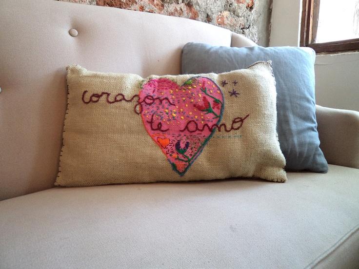 Imagenes de cojines de amor imagui for Cojines con nombres bordados