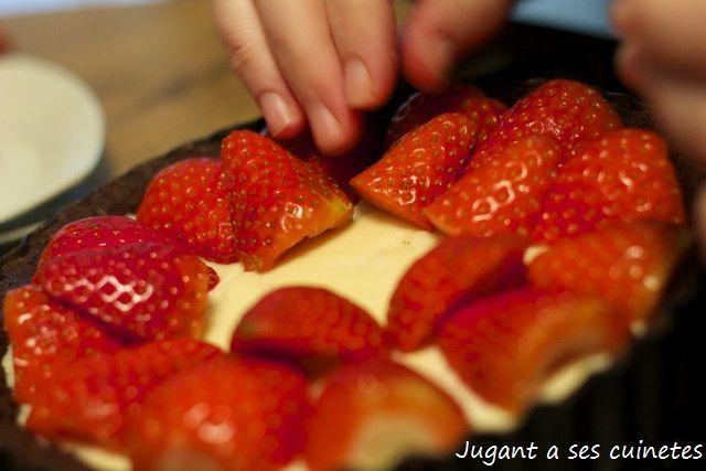 Tartaleta o cassoleta de xocolata, farcida de xocolata blanca i mascarpone amb maduixes by jugant a ses cuinetes, via Flickr