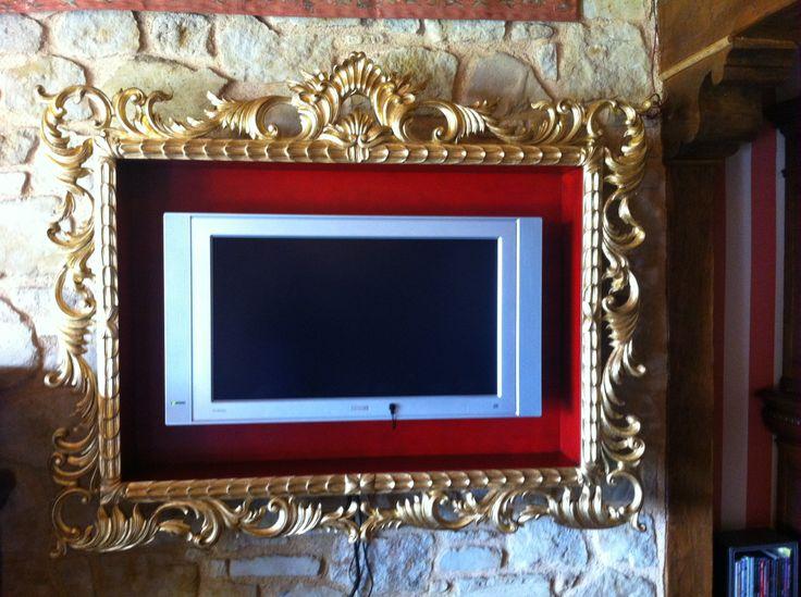 Espectacular marco para tv acabado en pan de oro y fondo rojo ingles. www.ebanisteriasantabarbara.es