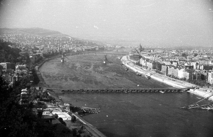 1946 Budapest, kilátás a Gellérthegyről, előtérben a Petőfi (Böske) pontonhíd. foto:Fortepan /Berkó Pál