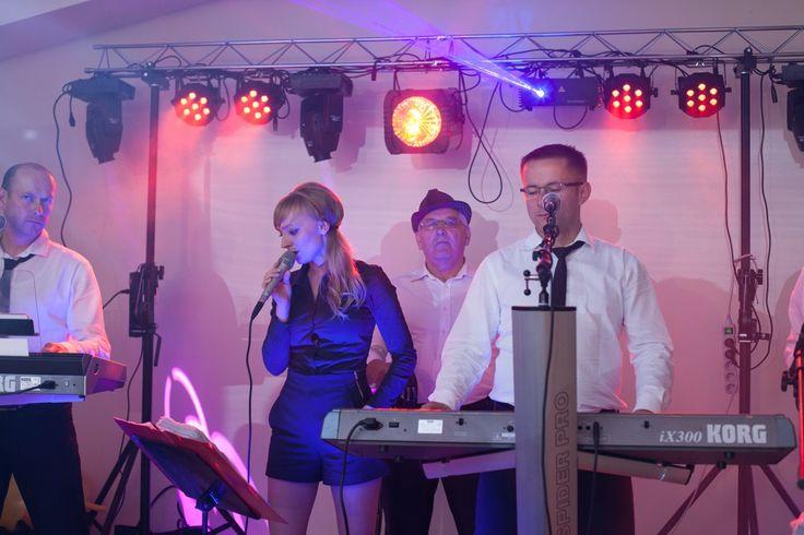 Piosenki weselne. #PiosenkiWeselne #PiosenkiNaWesele #MuzykaWeselna #WeselnePiosenki Od wielu lat na weselach króluje biesiada. Zespoły weselne chętnie grają utwory tego typu, gdyż są nienagannym zaproszeniem się do zabawy. Prostota i niezwykła melodyjność tychże utworów sprawia, że zarówno starsi, jak i młodzież, nucą i podśpiewują biesiadne hity, dobrze się przy nich bawiąc.