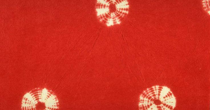 """Como fazer uma saia """"tie-dye"""". Transforme uma saia simples em uma peça importante de seu guarda-roupa de verão com um projeto """"tie-dye"""". Faça sua própria saia de tecido barato ou de cortinas ou lençóis reciclados, ou compre uma saia de linho ou algodão simples. As lojas de produtos de artesanato vendem roupas lisas para tingir, pintar e alterar, enquanto uma simples saia ..."""