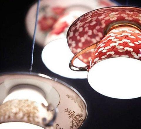 As xícaras e os pires que você não usa mais e quer jogar fora podem virar uma luminária romântica como esta.