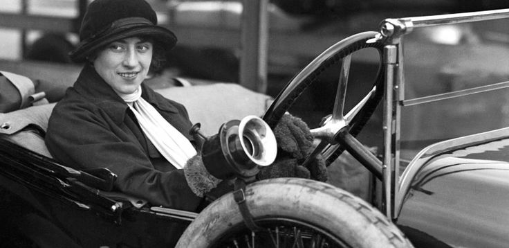 Hoy rescatamos la figura de Violeta Cordery, que rompió los estereotipos femeninos de su época, cuando se convirtió en la primera mujer en conducir en todo el mundo en 1927. Realizó su proeza a una velocidad media de 24 millas por hora!!