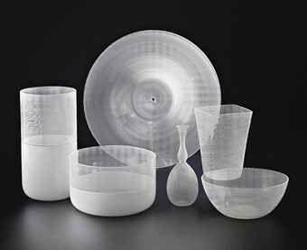 TAPIO WIRKKALA (1915-1983) FILIGRANI DI TAPIO, BOUTEILLE, DEUX VASES, DEUX COUPES ET UN PLAT Pour Venini, les modèles créés respectivement en 1966-1968 et 1972 Le plus grand vase : Hauteur : 27 cm. (10 5/8 in.) ; Le plat : Diamètre : 35 cm. (13¾ in.)