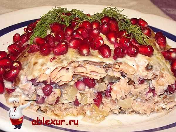Горбуша запеченная в духовке с гранатом и грецкими орехами.