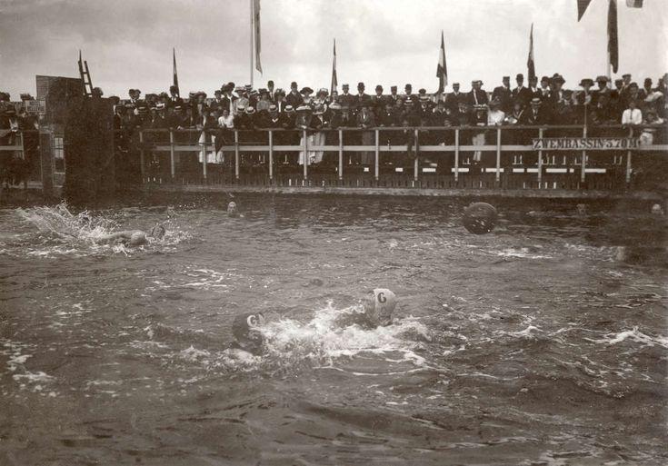 De zwemvereniging 'Het IJ' organiseert in de badinrichting Hartshoorn in Amsterdam  zwemwedstrijden voor dames. De wedstrijd wordt in een buitenbad/openluchtzwembad gehouden. Foto uit 1909.