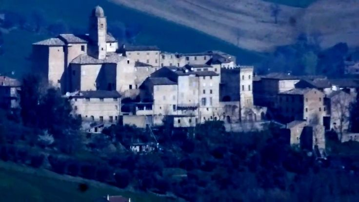 Pannelli  solari quasi dentro il Borgo di Monsampietro Morico (manortiz)