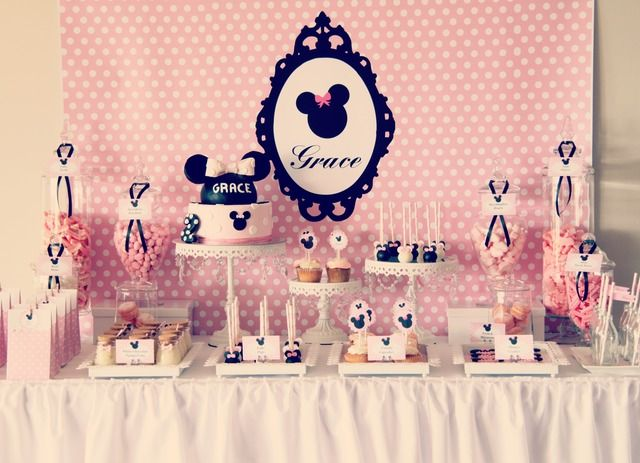 What an unbelievable Minnie Mouse dessert table! #minniemouse #desserttable