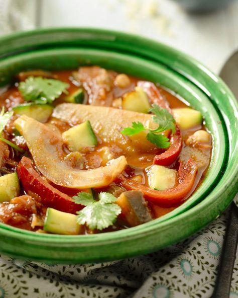 Een vegetarische Marokkaanse tajine met tal van Zuiderse groenten, zoals aubergine, kikkererwten, courgette, in een heerlijke pittige tomatensaus.