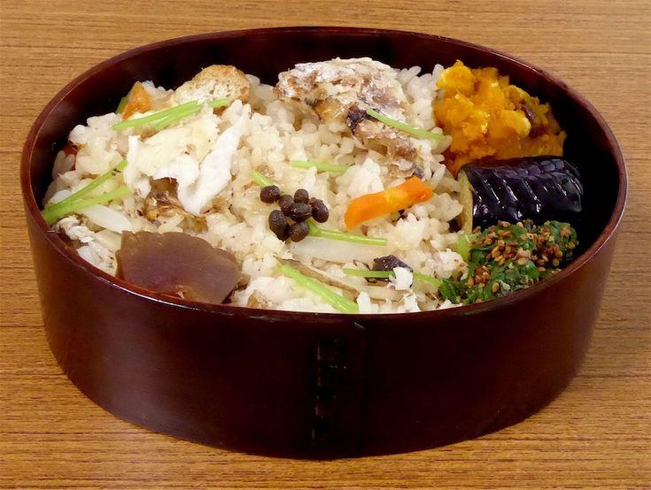 太刀魚の炊き込みご飯330g(実山椒佃煮、奈良漬、三つ葉)、茄子揚げ浸し、小松菜胡麻和え、きなこかぼちゃ、お吸い物