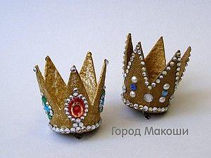 Моя версия изготовления замечательного аксессуара. Подходит практически к любому наряду - можно носить на торжественные мероприятия или как повседневный головной убор. Радость гарантируется вам и окружающим людям! Итак, шаг первый. Подготовить всё необходимое. Шаг второй: размечаем на торфяном горшочке силуэт короны - у меня 5 лепестков, как у классической короны принцессы.