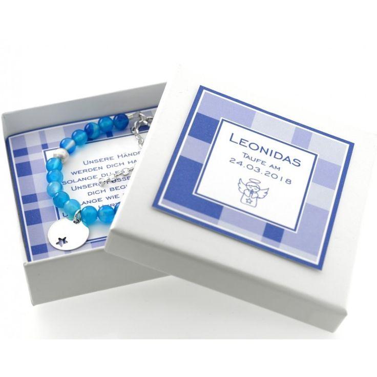 Ein wunderschönes Armband mit blauen Perlen und einem Namensplättchen auf dem Ihr Wunschname oder Wunschtext graviert wird. In dem Namensplättchen ist ein schöner Stern ausgeschnitten.