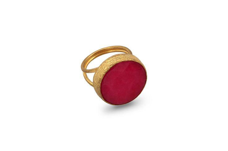 Δαχτυλίδι από επιχρυσωμένο μπρούντζο και ημιπολύτιμη φούξια πέτρα.