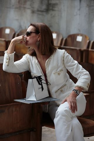 Chanel blanco y jeans blancos                                                                                                                                                                                 Más